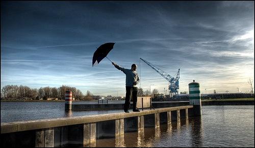 человек с зонтом в хдр