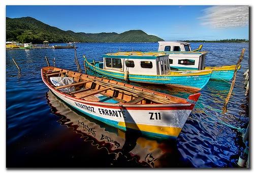 лодки на воде в хдр