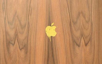 apple на фоне дерева
