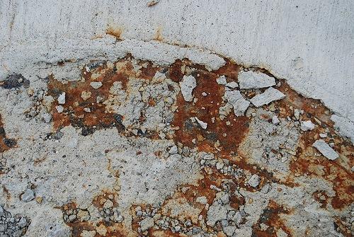 Битый бетон и ржавчина