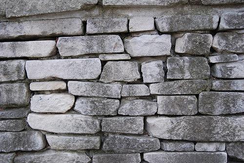 Черно-белая каменная стена