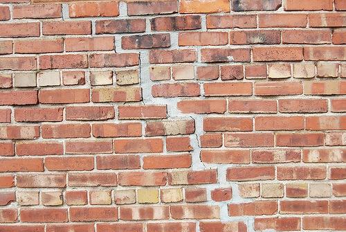Беспорядочная кирпичная стена