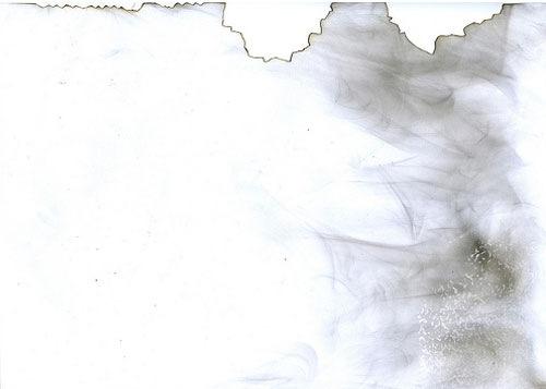 Порванная бумага в пятнах от дыма