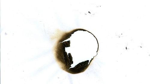 Выжженное пятно на бумаге