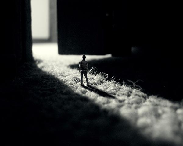 крошечный человек в тени двери