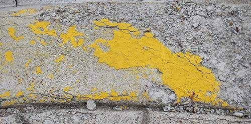 битый цемент в краске