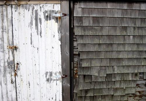 Деревянная черепица и старые двери