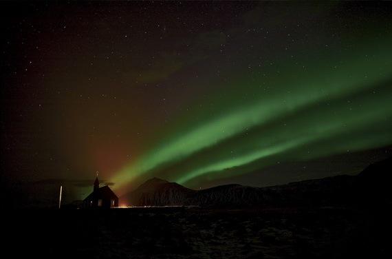 Церковь на фоне северного сияния