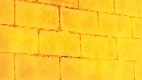 Желтая бетонная стена