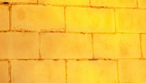 Текстура яркой бетонной стены
