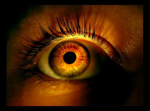 освещенный глаз