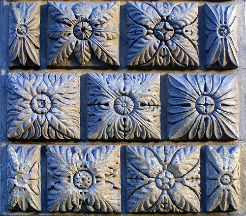 узоры цветов на бетонных плитах