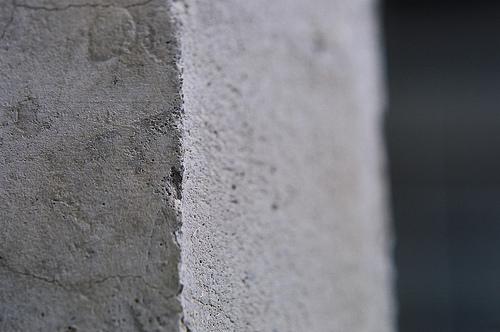 кусок бетонной стены