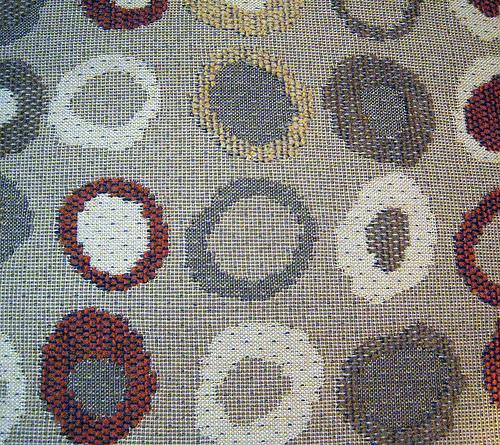 серая ткань с разноцветными кружочками