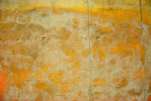 желто-белый бетон с круглыми отверстиями