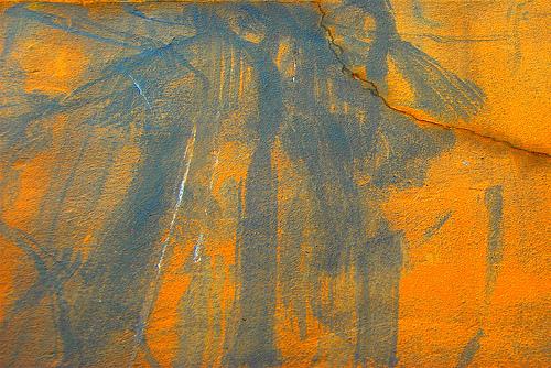 стена с трещиной в оранжево-синих оттенках