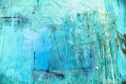 яркая голубая стена с потеками