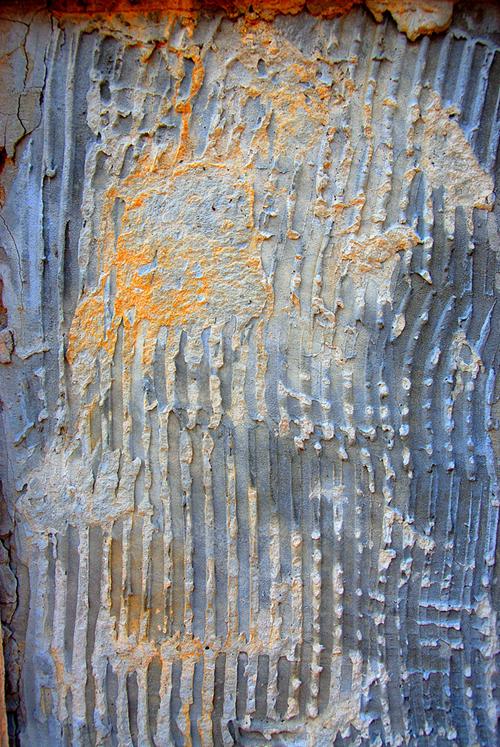 ребристая цементированная стена