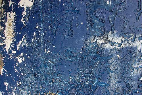 потрескавшаяся краска на бетоне