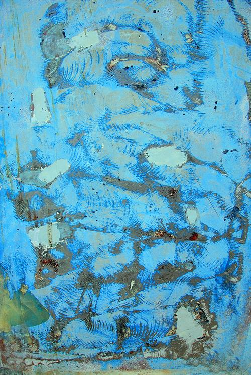 разноцветные разводы краски на бетоне