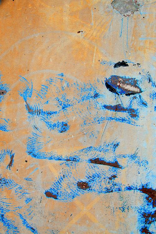 мазки краски на бетоне
