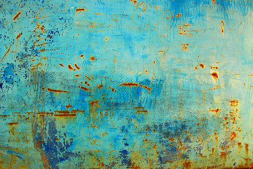 ржавые пятна на голубом металле