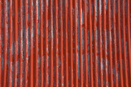облезлая краска на ребристом металлическом листе