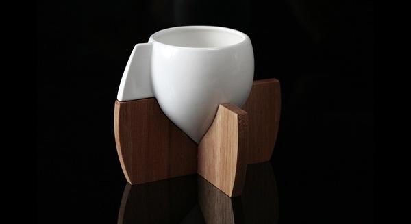 Чашка на деревянной подставке