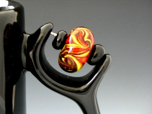 Ручка кружки украшена бусинами