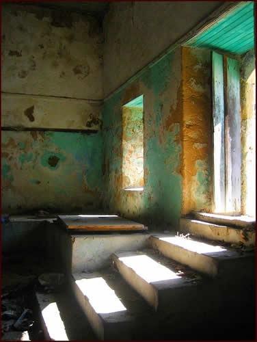потрескавшаяся краска на стенах