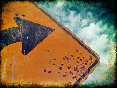 потрескавшаяся краска на дорожном знаке