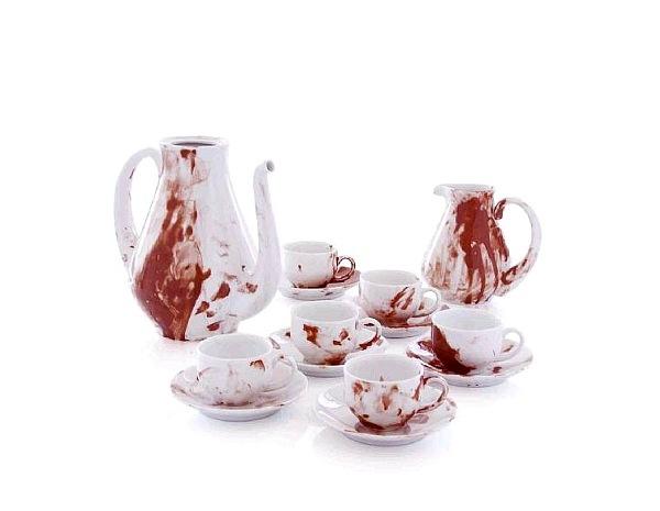 кофейный набор в кровавых потеках