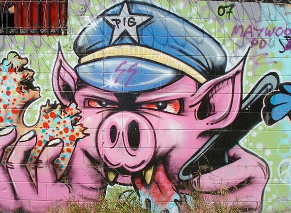 страшная злобная свинья на стене