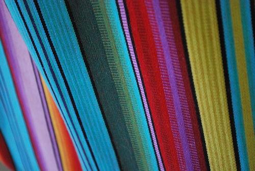 радужные линии на ткани