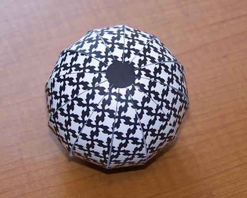 черно-белый шар из бумаги