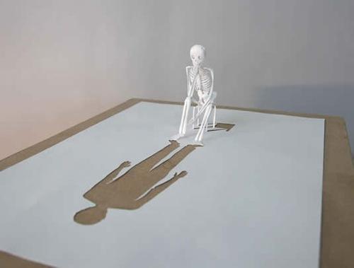 тень от бумажного скелета