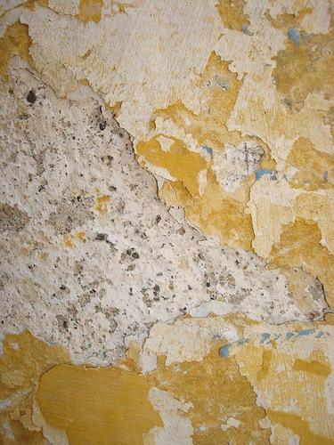 Стена с потрескавшейся побелкой
