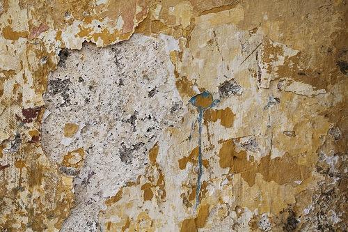 Потрескавшаяся краска на стене