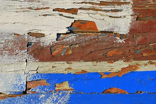 Трещины и дыры на покрашенной текстуре дерева