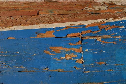 Потрескавшаяся краска на деревянной текстуре