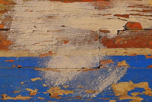 Яркие тона на деревянной текстуре
