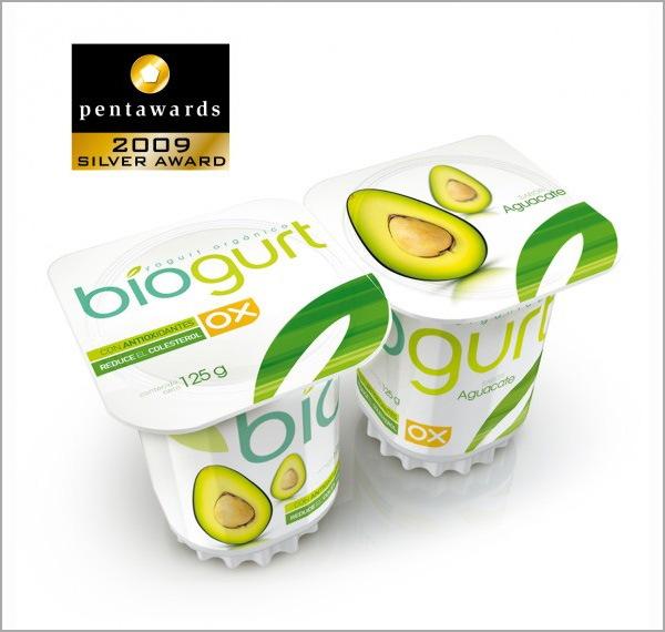яркая упаковка йогурта
