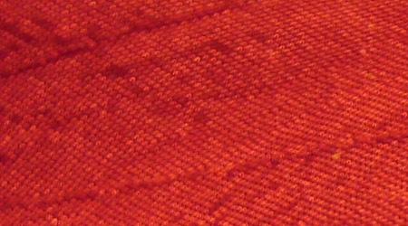 Текстура красной шелковой ткани