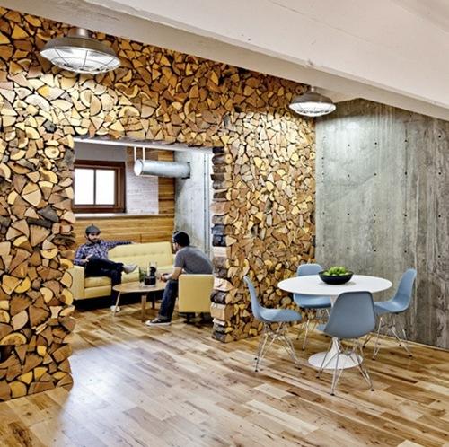 офис с деревянной стеной