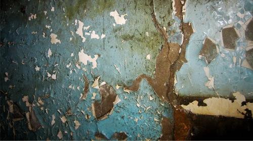 Облущенная стена дома
