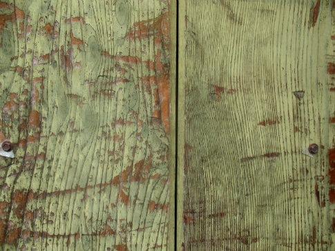 неравномерно покрашенные деревянные доски