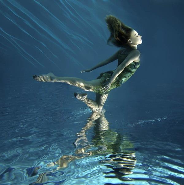 парящая над водой девушка