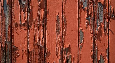 Вздутая краска на деревянном заборе