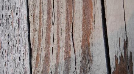 Старый деревянный забор с трещинами