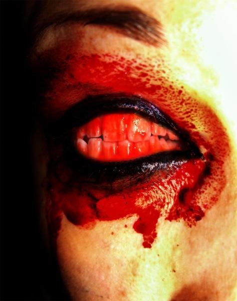 Кровавый глаз с зубами